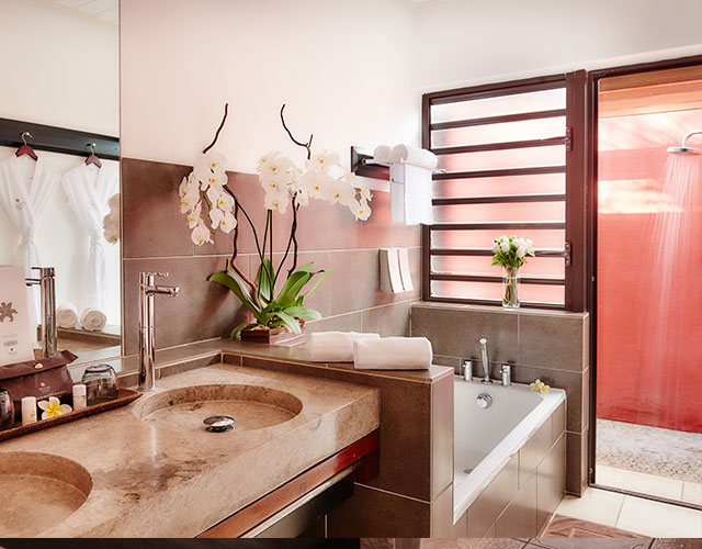 La salle de bain avec douche extérieure de la Suite