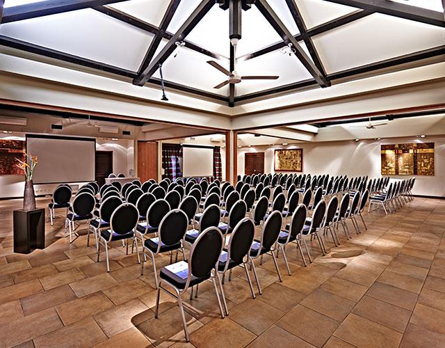 Un vaste espace de conférence
