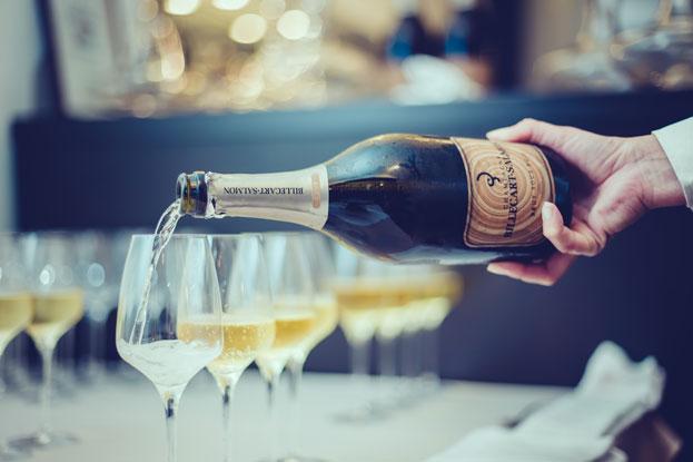 Service de coupes de champagne lors d'une réception au Palm Hotel & Spa