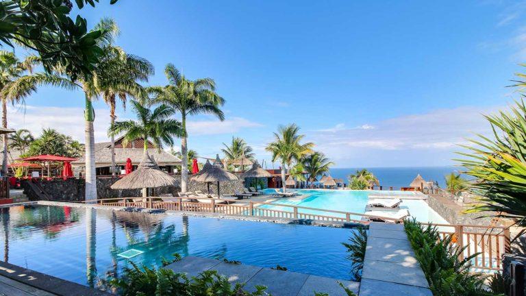 Vue sur les deux piscines de l'hôtel