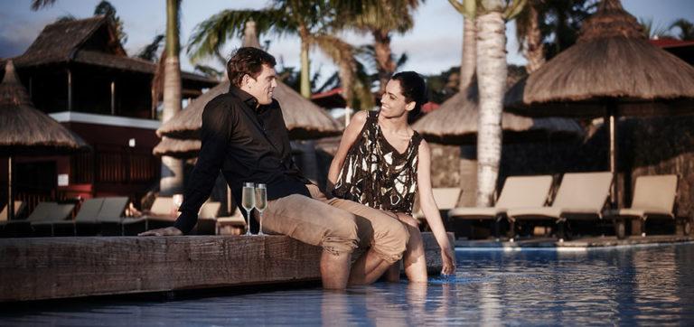 Couple au bord de la piscine