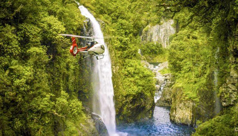 Hélicoptère au plus prés des cascades de l'île