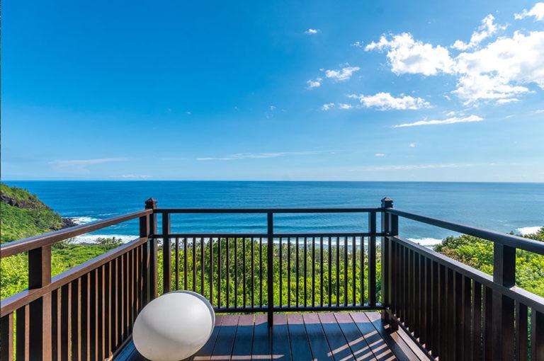 Une vue imprenable sur l'océan depuis la terrasse du lodge