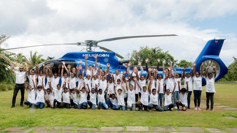 Photo de groupe des enfants devant l'hélicoptère